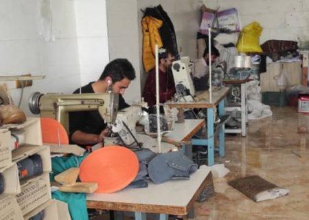 «کار آفرینی» کارگر با ۱۰۰ هزار تومان / اشتغالزایی برای ۵۰ نفر با تولید کفش ورزشی در محروم ترین شهر آذربایجان