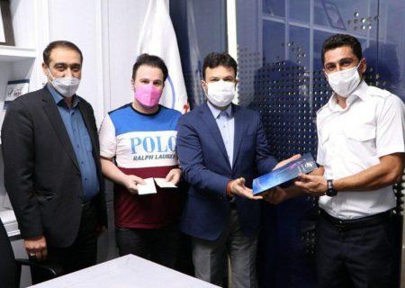 تجلیل از کارگر امانتدار فرودگاه تبریز که یک قطعه چک را پیدا کرده به صاحبش بازگرداند
