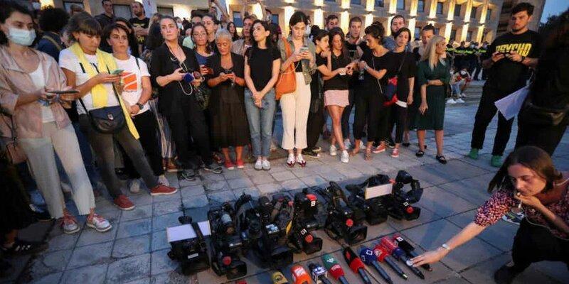 چهار کانال تلویزیونی گرجستان ضمن درخواست برای استعفای نخست وزیر پخش خود را نیز متوقف کردند