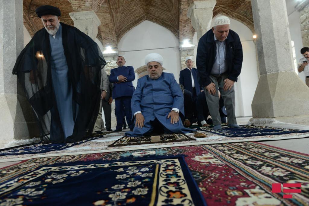 اقامه نماز رهبران جامعه مذهبی آذربایجان در مسجد ساعاتلی شوشا