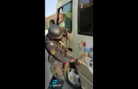 پلیس آذربایجان در پست بازرسی جاده گوریس- قافان پرچم رژیم جعلی مستقر در خانکندی را با سرنیزه خود پاک می کند.