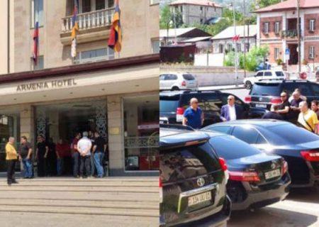 مردم با پرتاب سنگ به استقبال نمایندگان پارلمان ارمنستان در خانکندی رفتند